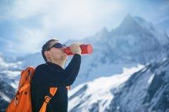 Wanderer mit dem Rucksack, der den Gipfel betrachtet stockfotografie