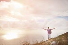 Wanderer mit den breiten Armen öffnen sich auf einen Berg - Freiheitseroberungskonzept Lizenzfreies Stockfoto