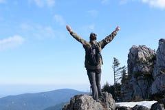 Wanderer mit den Händen oben Stockfotografie