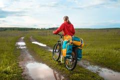 Wanderer mit Fahrrad stockbilder