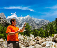 Wanderer mit Karte Stockfotografie