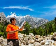 Wanderer mit Karte Lizenzfreie Stockfotos