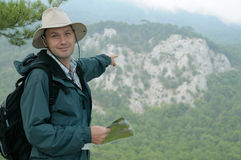 Wanderer mit Karte beim trekking heraus Stockfotos
