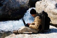 Wanderer mit Laptop stockbild