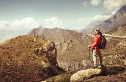 Wanderer mit Rucksack betrachtet die schönen Berge in oberem MU lizenzfreies stockfoto