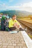 Wanderer mit Smartphone an der Bahnstation Stockfotos