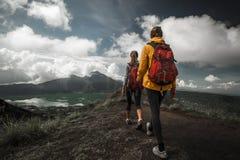 Wanderer mit zwei Frauen Lizenzfreies Stockbild