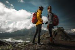 Wanderer mit zwei Frauen Lizenzfreie Stockfotografie