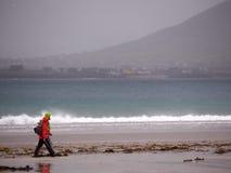 Wanderer an ¡ n Beal BÃ setzen, Dingle, Irland auf den Strand Lizenzfreies Stockbild