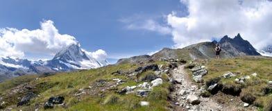 Wanderer nahe Matterhorn Stockfotografie
