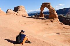 Wanderer nimmt einen Bruch in der Abendsonne lizenzfreies stockbild