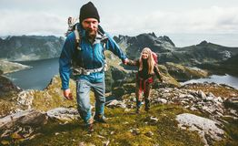 Wanderer-Paarhändchenhalten, das in den Bergen wandert Lizenzfreie Stockfotos