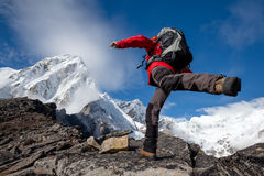 Wanderer springt in Berge Stockfotografie