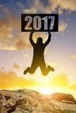 Wanderer springt oben zur Feier des neuen Jahres 2017 Lizenzfreie Stockbilder