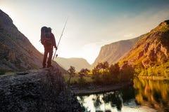 Wanderer steht auf dem Felsen lizenzfreies stockbild