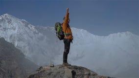 Wanderer steht auf die Oberseite stock video