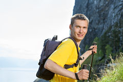 Wanderer steigen zum Berg Lizenzfreies Stockbild