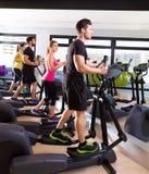 Wanderer-Trainergruppe Aerobic elliptische an der Turnhalle Lizenzfreies Stockfoto