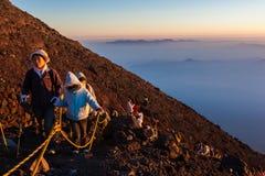 Wanderer tun ihr Bestes zur Spitze Stockfotos