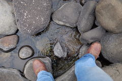 Wanderer und Stiefel über Fluss Lizenzfreie Stockbilder