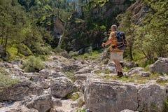 Wanderer ungefähr 60 Jahre altes teilgenommen an Exkursion Lizenzfreies Stockfoto