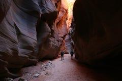 Wanderer unter Wildleder-Bergschlucht-Glühen Lizenzfreies Stockfoto