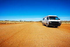 Wanderer Van On eine Wüsten-Straße Stockfotografie