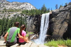 Wanderer verbinden das Stillstehen in Yosemite-Park - Wasserfall Lizenzfreie Stockfotos