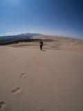 Wanderer-Wanderungen entlang Sanddüne an großem Sanddüne-nationalem PA lizenzfreie stockfotografie