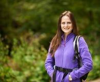 Wandererdame mit Rucksack auf Spur Lizenzfreies Stockfoto