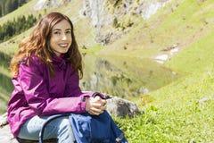Wandererfrau, die eine Pause macht Stockfotos