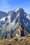 Wandererfrau fasziniert durch panoramische Ansicht Stockbilder