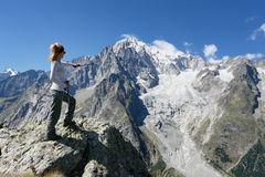 Wandererfrau vor Mont Blanc lizenzfreie stockfotos