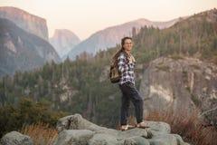 Wandererfrauenbesuch Yosemite Nationalpark in Kalifornien stockfotos