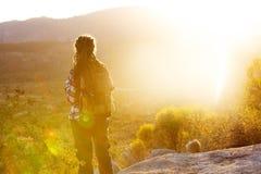 Wandererfrauenbesuch Yosemite Nationalpark in Kalifornien lizenzfreies stockfoto