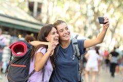 Wandererfreunde, die selfie mit einem Telefon nehmen stockbilder