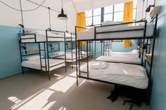 Wandererherberge mit modernen Etagenbetten im Schlafsaal für zwölf Leute Lizenzfreies Stockfoto