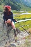 Wanderermädchen auf Stein lizenzfreie stockfotos