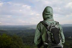 Wanderermann, der Ansicht an der Natur mit Rucksack genießt. Lizenzfreies Stockfoto