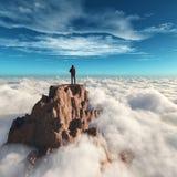 Wanderermann an der Spitze des Berges lizenzfreie stockbilder