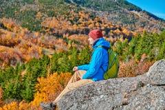 Wanderermann an der Täuschung des Künstlers im Herbst lizenzfreies stockfoto