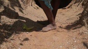 Wanderermann ` s bloße schwarze Füße in der Stauberde Asiatischer Bettlermann in den Pantoffeln stock video