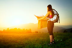 Wanderermädchen allein schaut Karte Stockfoto