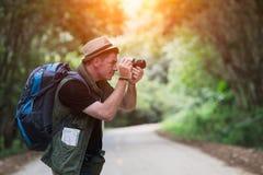 Wandererreisen und -photograph des jungen Mannes im Einheimischen lizenzfreie stockfotografie