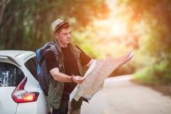 Wandererreisen und -photograph des jungen Mannes mit Auto stockbild