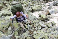 Wanderertourist in den Bergen. Stockfotos