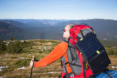 Wanderertrekking in den Bergen Sport und aktive Lebensdauer Lizenzfreie Stockfotografie