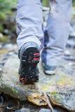 Wanderertrekking in den Bergen Sport und aktive Lebensdauer Lizenzfreies Stockfoto