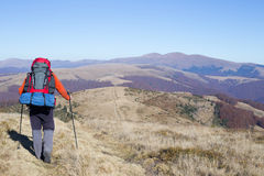Wanderertrekking in den Bergen Sport und aktive Lebensdauer Lizenzfreies Stockbild