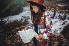 Wanderlust- und Reisekonzept stilvolles Reisendmädchen im Hutblick stockfotografie